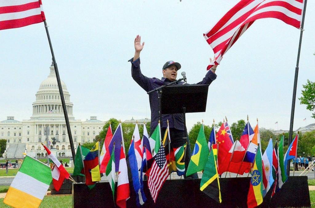 Рон Хардинг проповедует перед толпой в 508 человек в 2013 и 646 в 2014 на лужайке перед Белым Домом!