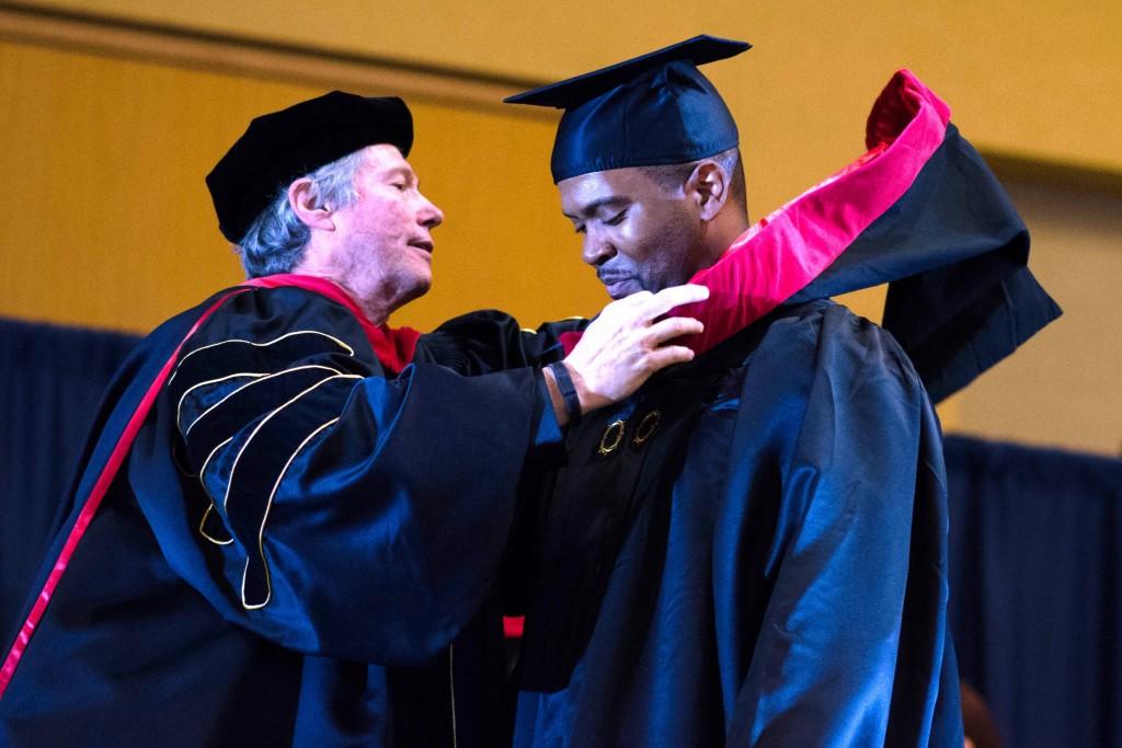 Кип накрывает Эндрю Смелли капюшоном, таким образом присваивая ему степень магистра!