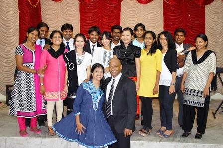 Раджа и Дебс Раджан и 14 оплачиваемых интернов новой ченнайской международной христианской церкви!