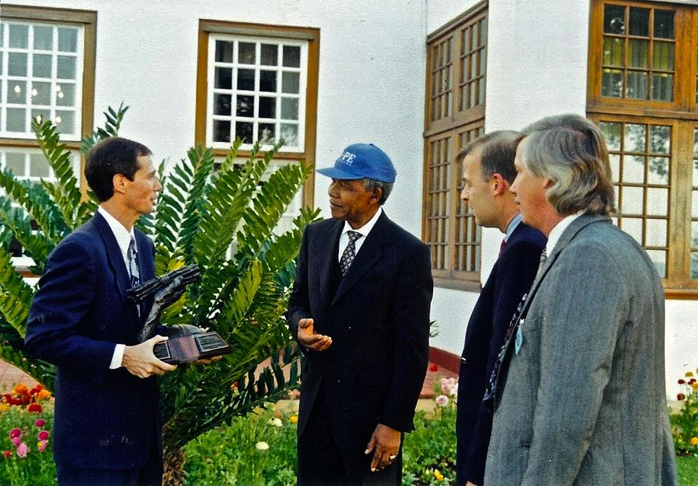 """К 1995 году глобальное влияние Надежды было настолько велико, что Гемпелы - генеральные директора Надежды по всему миру - а также Кип в качестве председателя Совета, смогли подарить Нельсону Манделе награду """" Единство в надежде"""" в его южноафриканской резиденции в Претории. Сейчас Кип служит председателем Совета директоров Милости по всему миру, используя свой многолетний бесценный опыт, полученный в Надежде."""