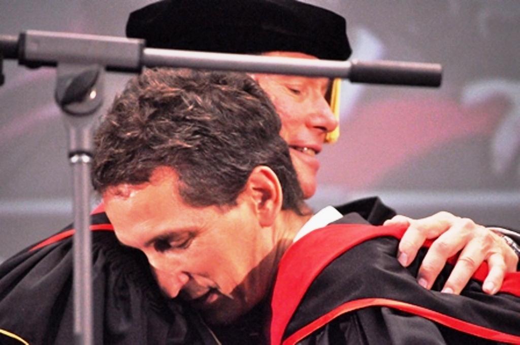 Кип поздравляет Криса Адамса после получения степени магистра!