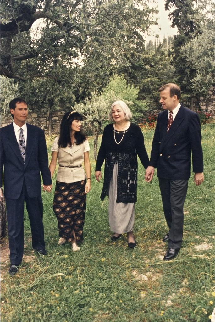 Кип и Елена и Боб и Пэт Гемпел в Гефсиманском саду в пригороде Иерусалима в 1994.
