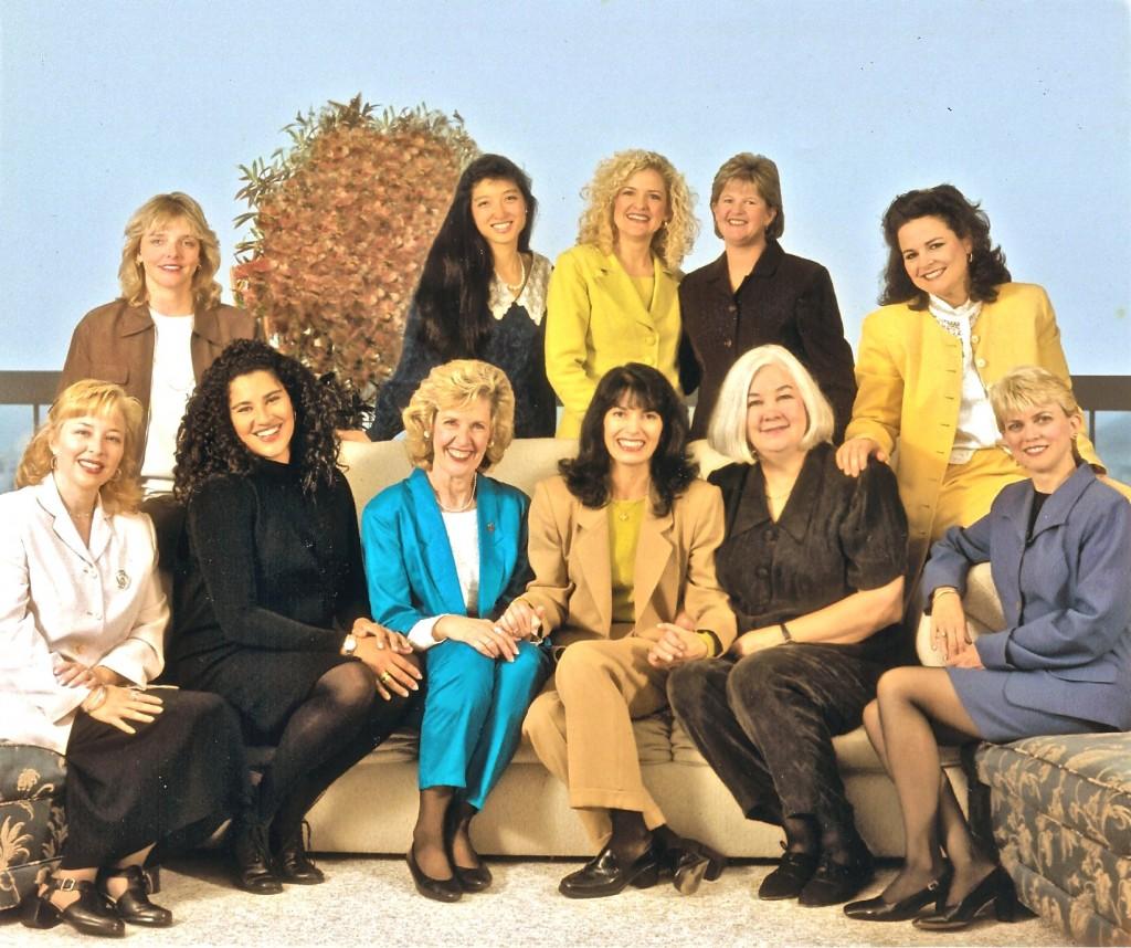 Женщины - лидеры секторов мира в 1998 - первый ряд: Крис Фьюква, Меган Блэквелл, Глория Бейрд, Елена МакКин, Пэт Гемпел и Кей МакКин. Второй ряд: Донна Лэмб, Эрика Ким, Лиза Джонсон, Джойс Артур и Линн Грин.
