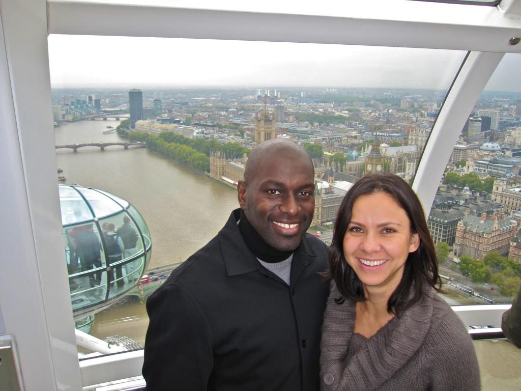 """Майкл и Мишель Уильямсон осматривают Биг Бен, Парламент и Темзу с высоты колеса обозрения """"Лондон Ай""""."""