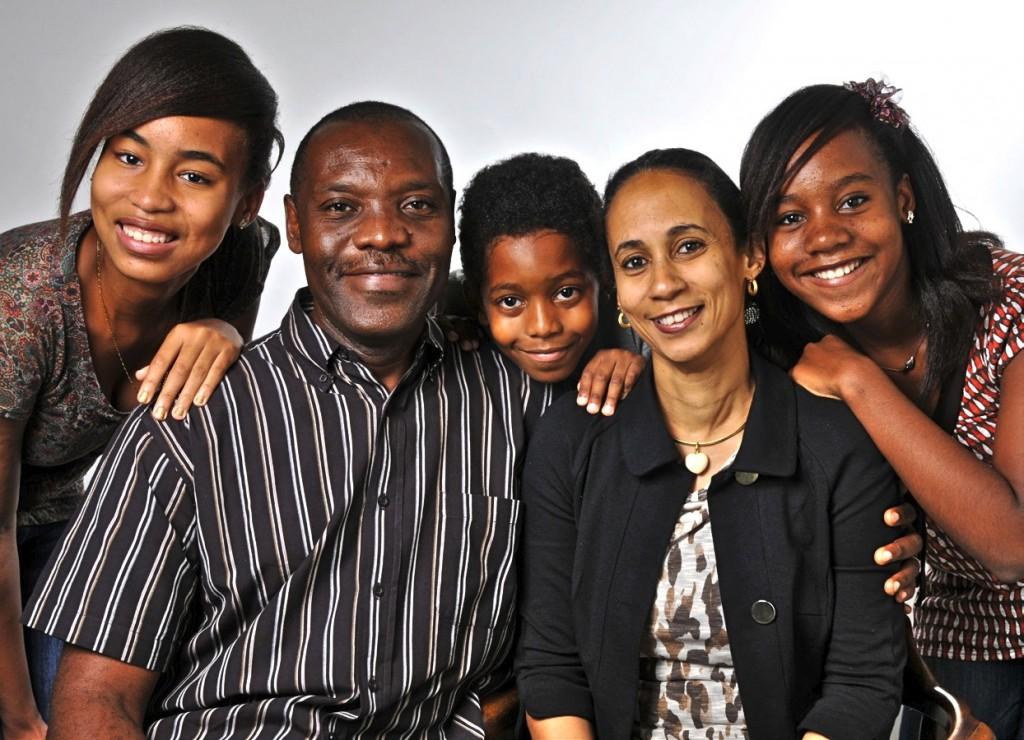 Блейз и Патриша Феумба с их тремя детьми - Еленой, Оделией и Йоелом!
